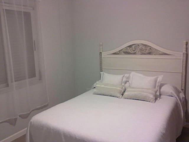 Dormitorio independiente con cama matrimonial. Aire acondicionado Frío/calor. Mesa de luz con velador. Placard completo con cajonera.
