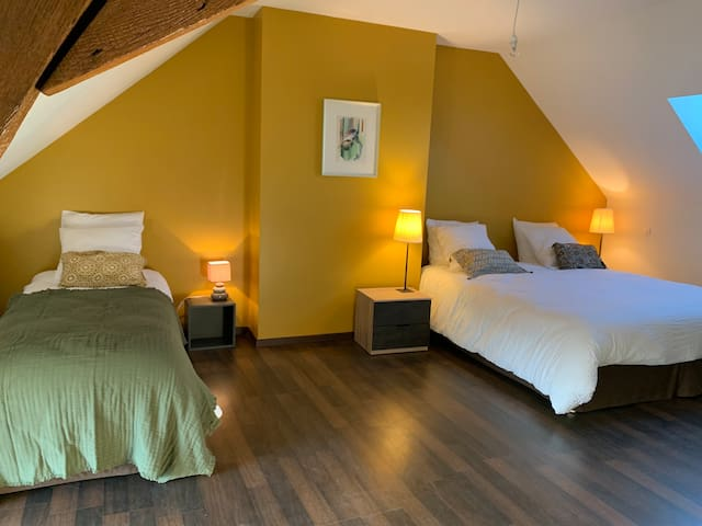 Chambre safran: lit King size (180X200) et un lit simple (90X200) ou possibilité de 3 lits simples et un lit d'appoint. Commode et portant. Ventilateur.
