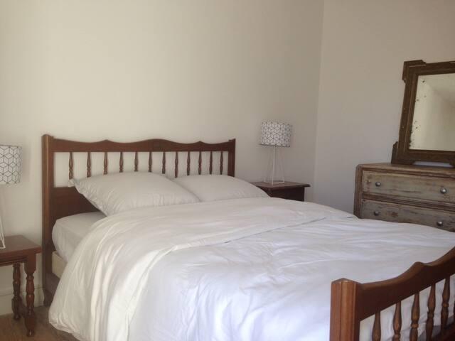 Une chambre un lit simple