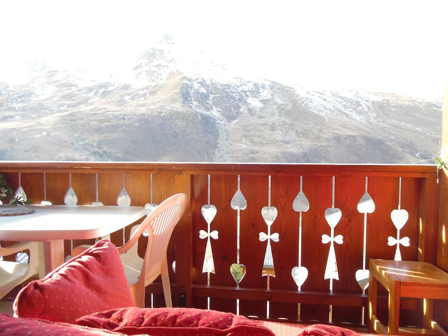 Le balcon avec canapé pour admirer la vue.