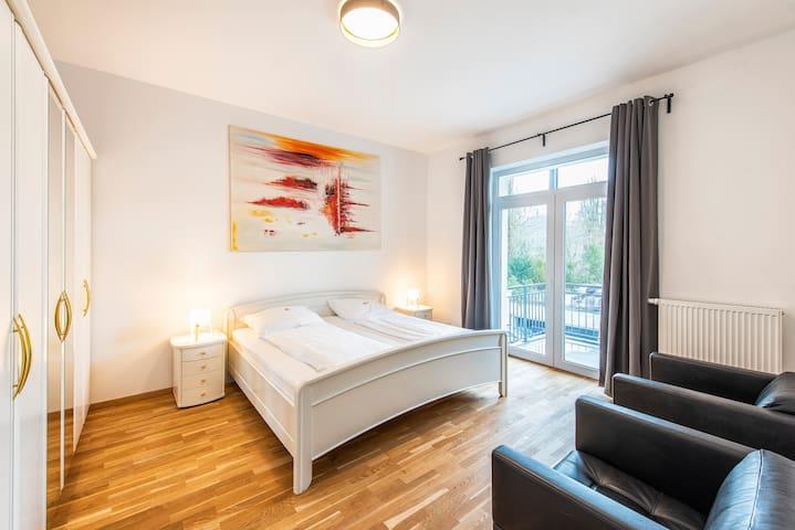 Schlafzimmer mit Doppelbett 200 x 200 cm
