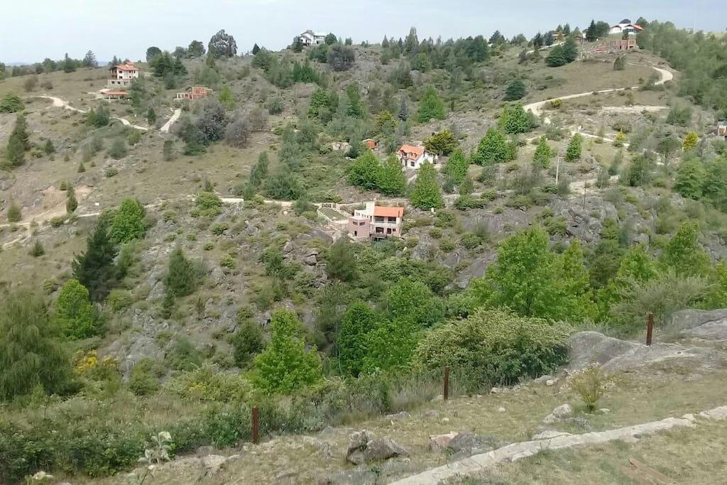 La casa en medio de la montaña y con sendero directo al arroyo en terreno propio: es un camino Aventura de unos 70 ms que se Deben seguir las piedras rojas!