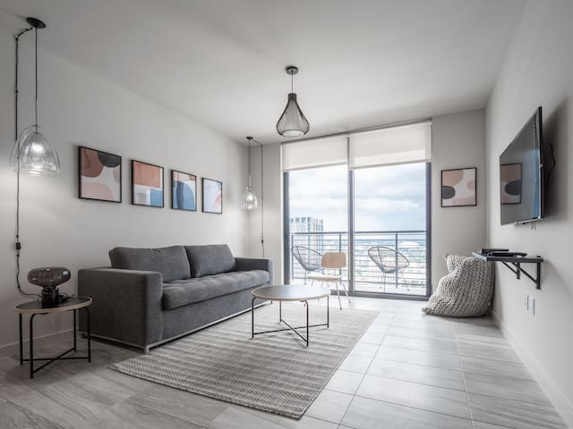 Modern 1 BR w/ City View | Downtown Miami