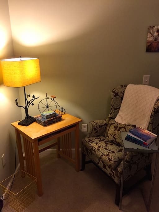 Corner to read with desk