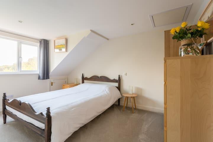 Spacious 2 bed, top floor suite, Leckhampton