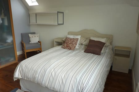 Private en-suite bedroom close to Cardiff centre - Radyr - Haus