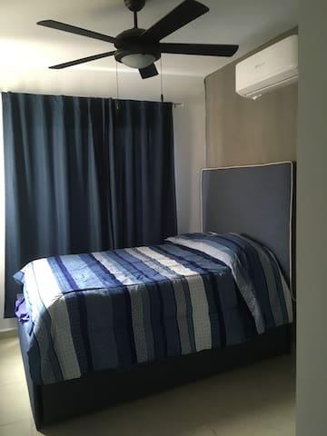 Recámara principal con baño completo , 2 camas matrimoniales (bajo cama)