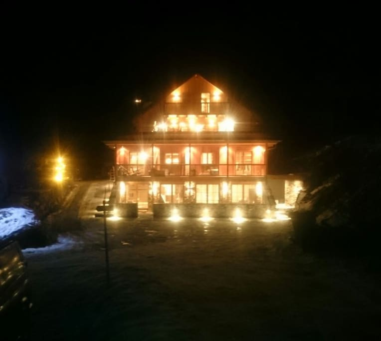 De MandlWand Lodge by night.