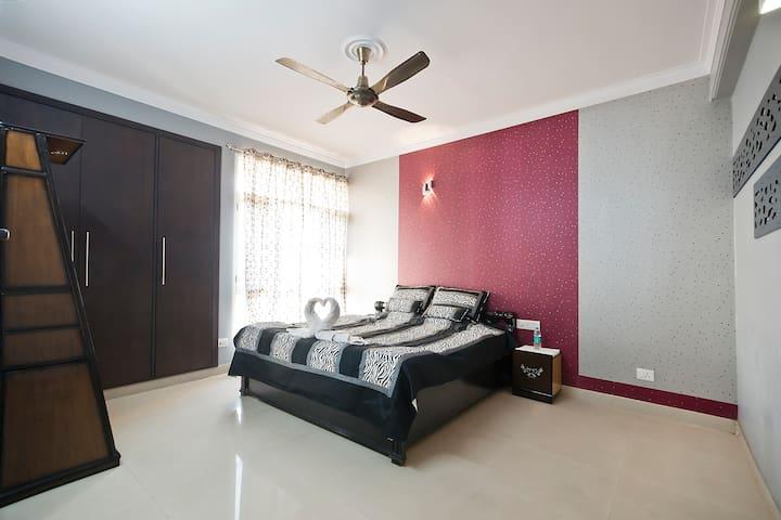 Deluxe Luxury bedroom - Greater Noida - Flat