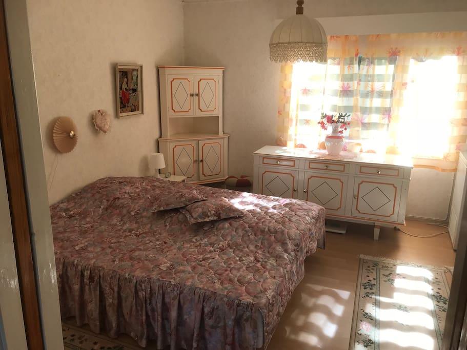 Alakerran 2H makuuhuone (ks. erillinen vuokrailmoitus)