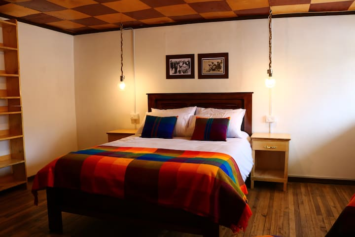 Private room with balcony at Plaza de Los Ponchos - Otavalo - Hostel
