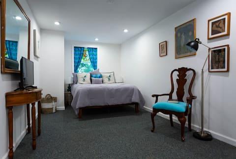 The Hummingbird, a cozy quiet, 2 room apartment