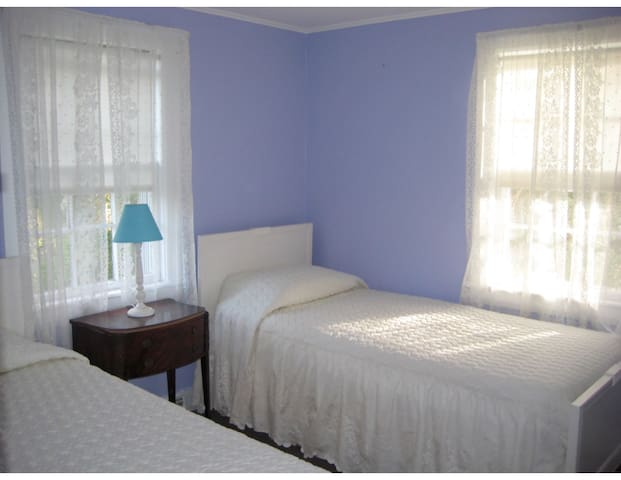 COTTAGE -Private yet walkable to everything! - Barnstable - Maison
