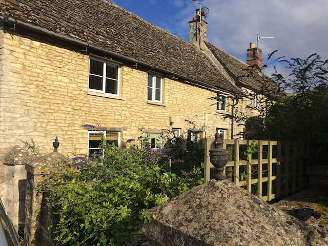 Lavender Cottage ~ In the heart of the Cotswolds
