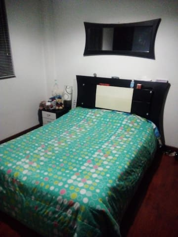 Arriendo linda habitación amoblada para una sola persona, en Chapinero central con baño privado. Disponible desde el 29 de Noviembre de 2018 hasta el 1ero de Febrero de 2019. Todos los servicios incluidos. Para compartir con una sóla persona. Central