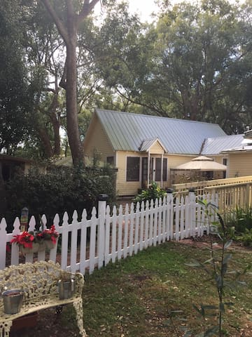 2 bedroom Cottage near UCF, trails & theme parks