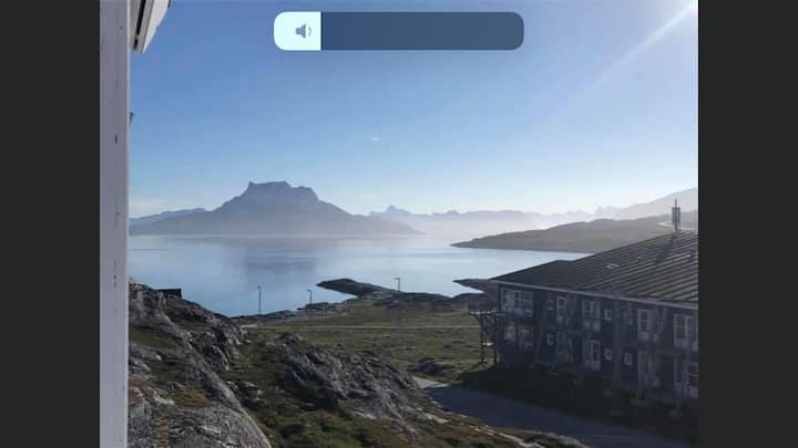 Rækkehus med vandudsigt og solnedgang