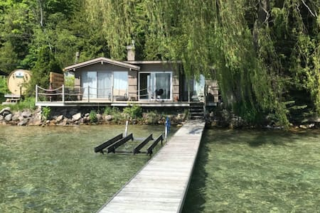 Cute lakefront home w/ full kitchen, free WiFi, and private dock - close to golf