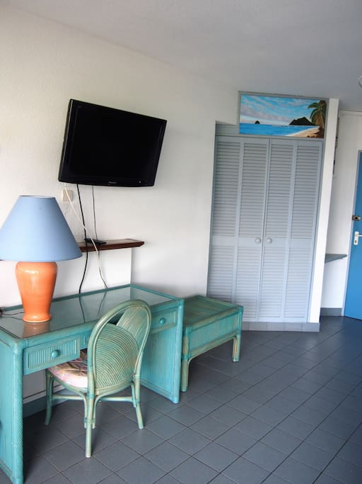 la pièce principale dispose d'un coin bureau et d'une TV écran plat