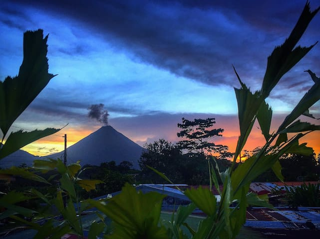 Sanctuary Home & Garden / Volcano View-A/C-Wi-Fi