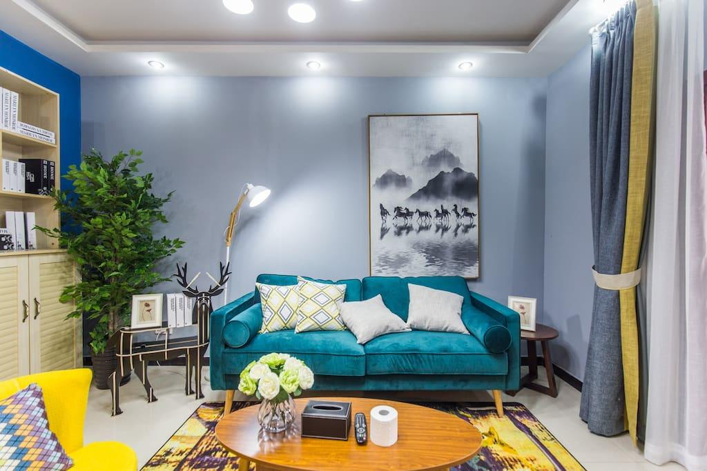 复古绿的沙发,隐隐约约的水墨画,复古优雅的格调就是这样的弥漫开来