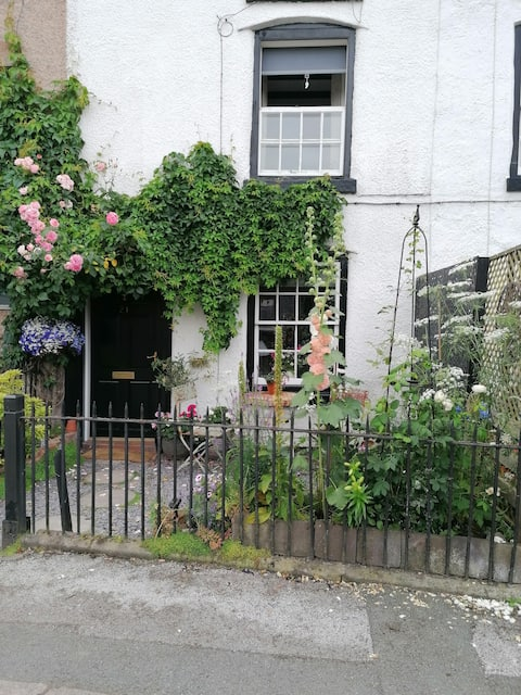 Cosy cottage in town centre.