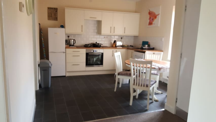 Entire 3 bed Apt, sleeps 6 close to city centre