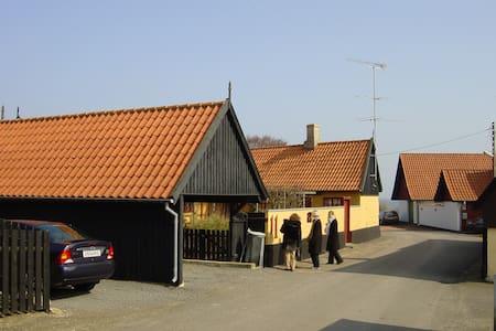 Hyggelige gæsteværelser med havudsigt - Svaneke - Rumah