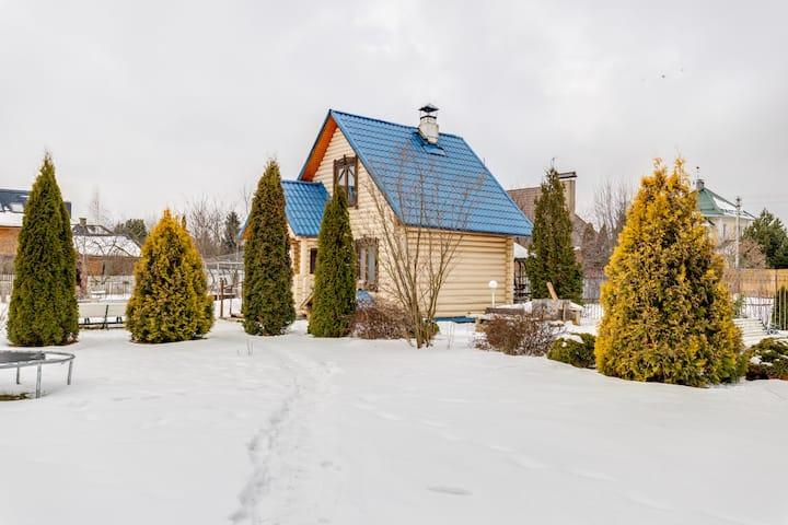 Деревянный дом с баней на дровах.