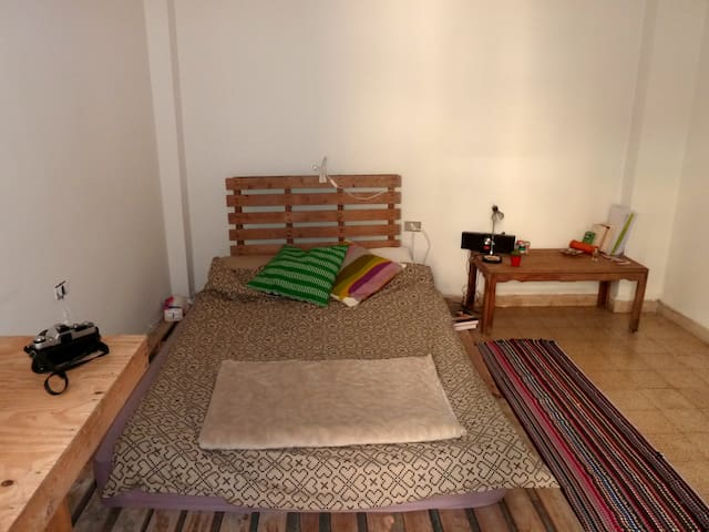 private room with balcony in a cozy apartment - Beirute - Apartamento