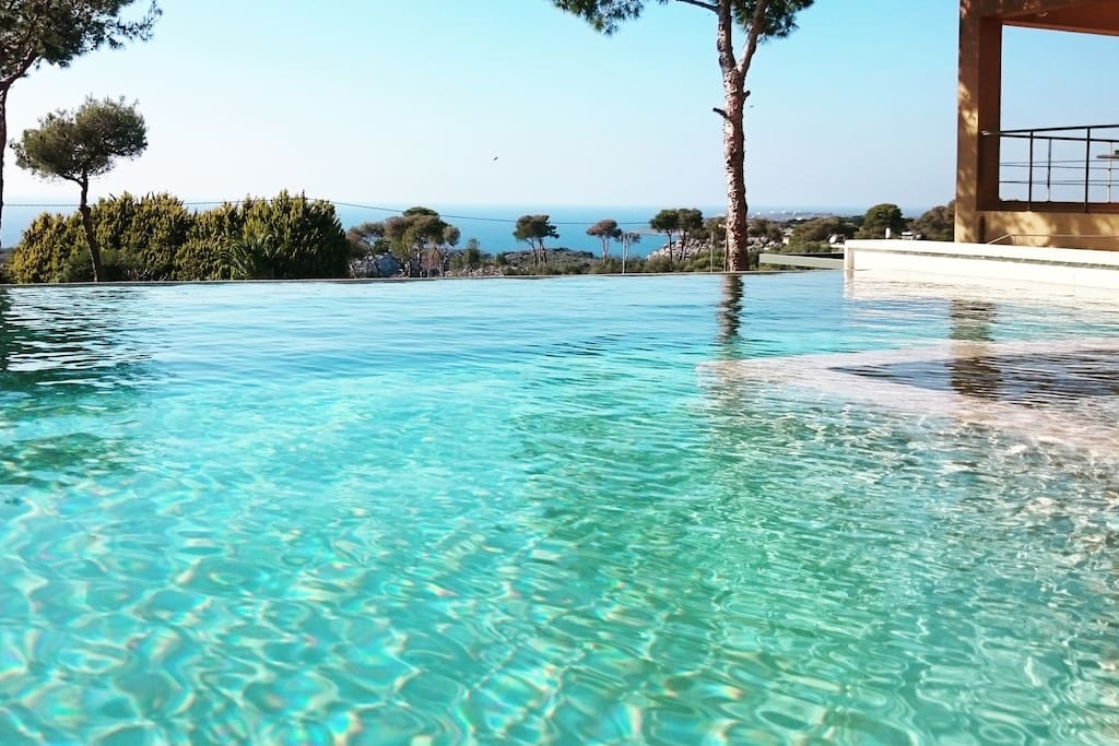 The amazing swimming pool, the villa and the beautiful view of the sea!