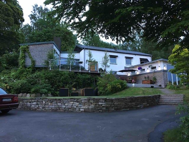 Studio i arkitektritad villa med härlig utsikt