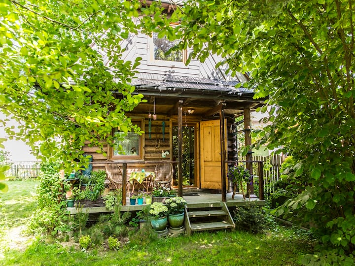 drewniany, przytulny domek na wsi