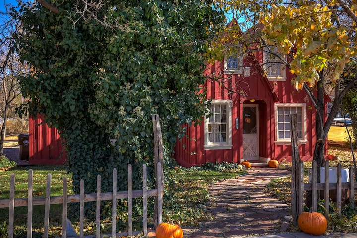 Little Red Cottage - Downtown vintage home