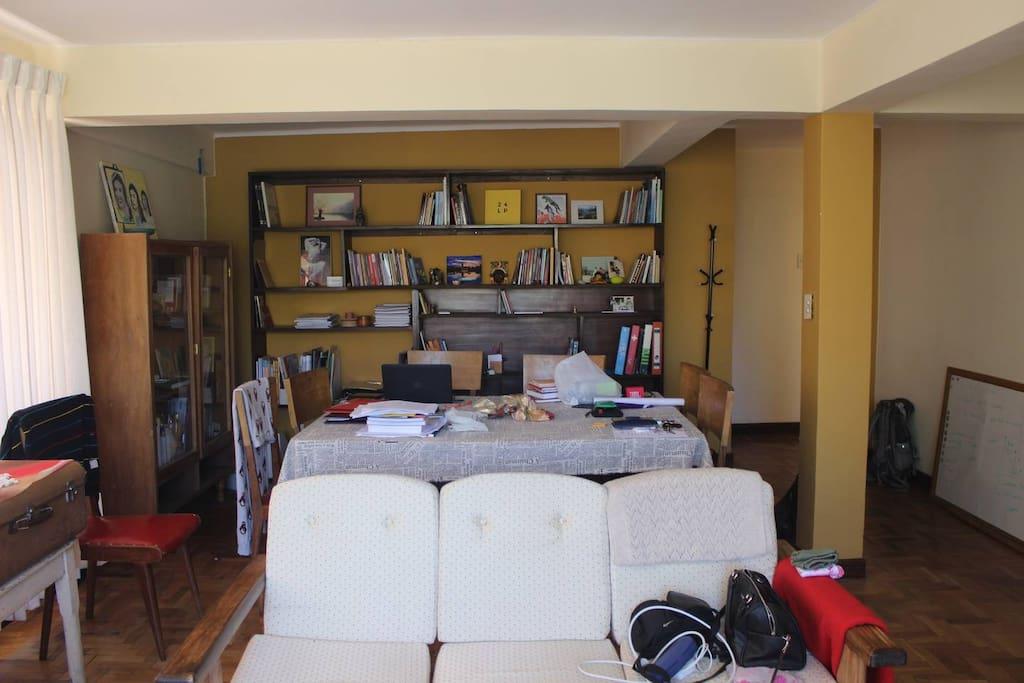 Sala de lectura y trabajo, cuenta con una amplia mesa y sillas para una multiplicidad de funciones.