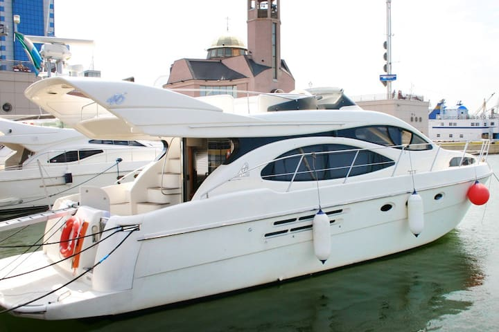 Моторная яхта Azimut