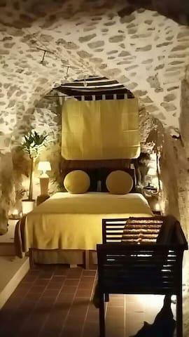 La chambre Dorée, un cocon de velours dans un écrin de roche...la douceur et la finesse au coeur de l'abrupte...