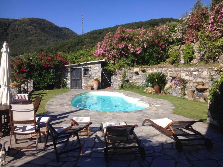 Suggestiva villa su 3 piani con giardino episcina villen for Piani artigiani con suite in suocera