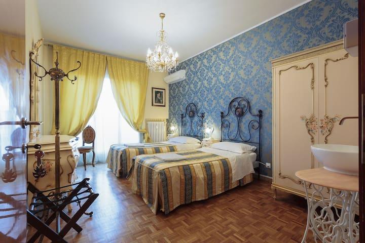 Venetian stilish room near all services.
