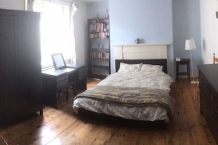 Double bedroom, own bath and kitchen in Islington - Rumah