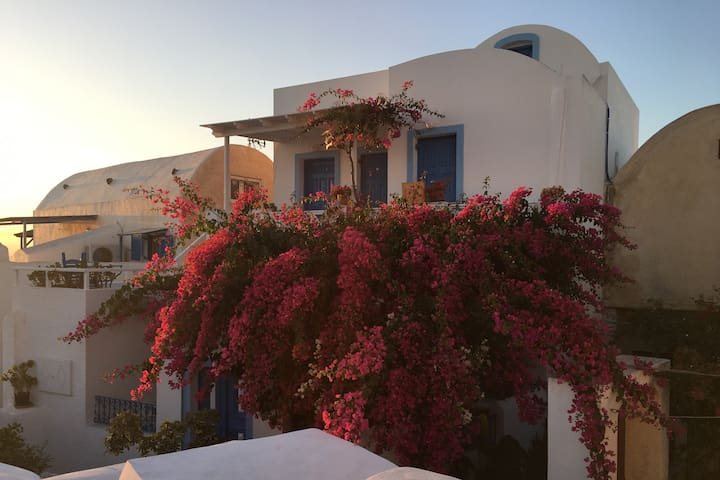 Evilio Houses-The Bougainvillea House - Oia - Hus