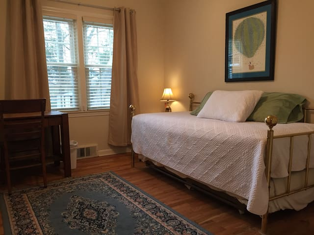 Comfortable room near downtown
