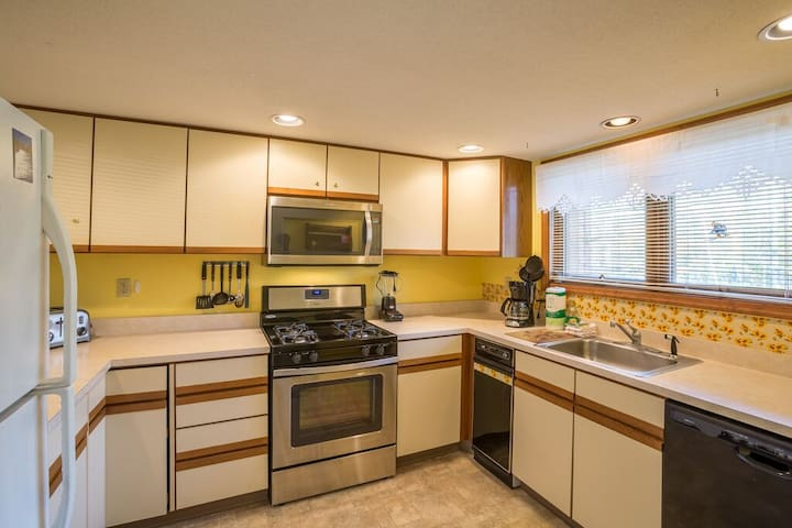 <center>Cute, cozy and spacious fully equipped kitchen<center>