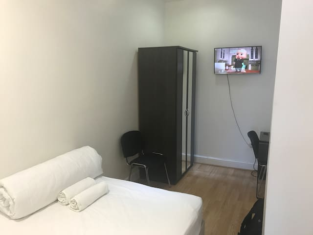Small Studio in E1