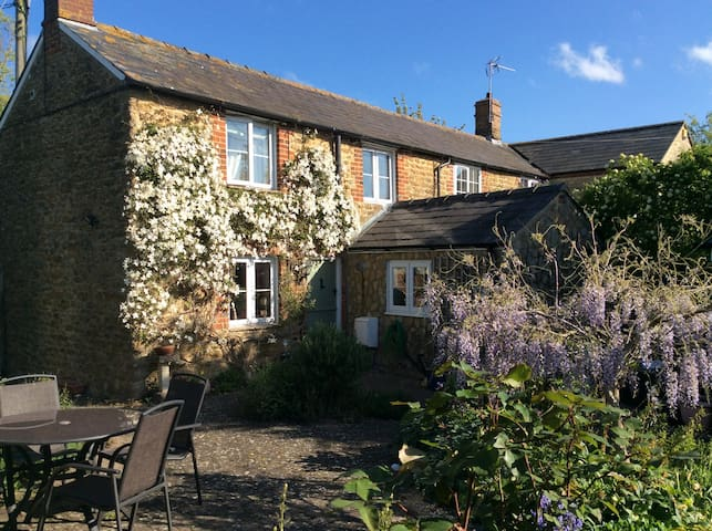Delightful Cosy Oxfordshire village 2 bed Cottage