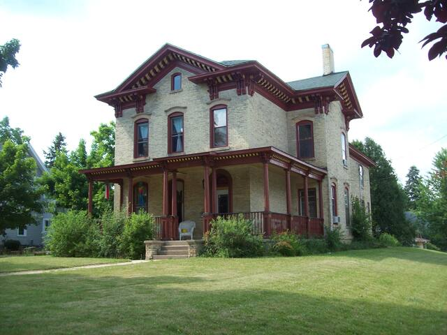 Historic Landmark Nelson Salisbury House - Whitewater - Talo