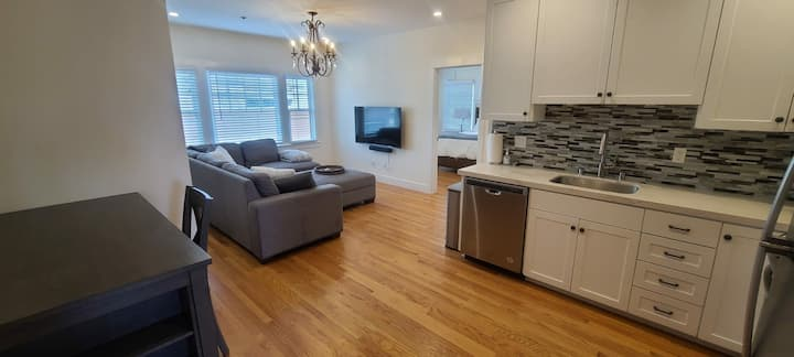 Cozy East Sac apartment in wonderful neighborhood