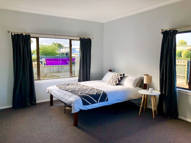 Spacious Private Guest Room in Parkvale, Hastings