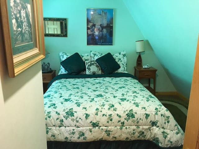 Green room Queen bed private bath