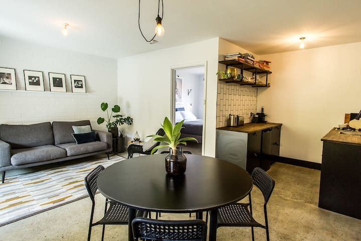 CHIC APARTMENT with WIFI + PARKING | 5 STARS!